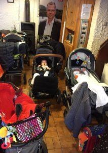 In dem großen Raum des Vereinshaus reiht sich ein Kinderwagen an den nächsten.