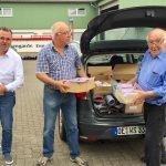 Attendorner Wagenbauer nehmen Papierspenden aus dem SPD-Wahlkampf entgegen