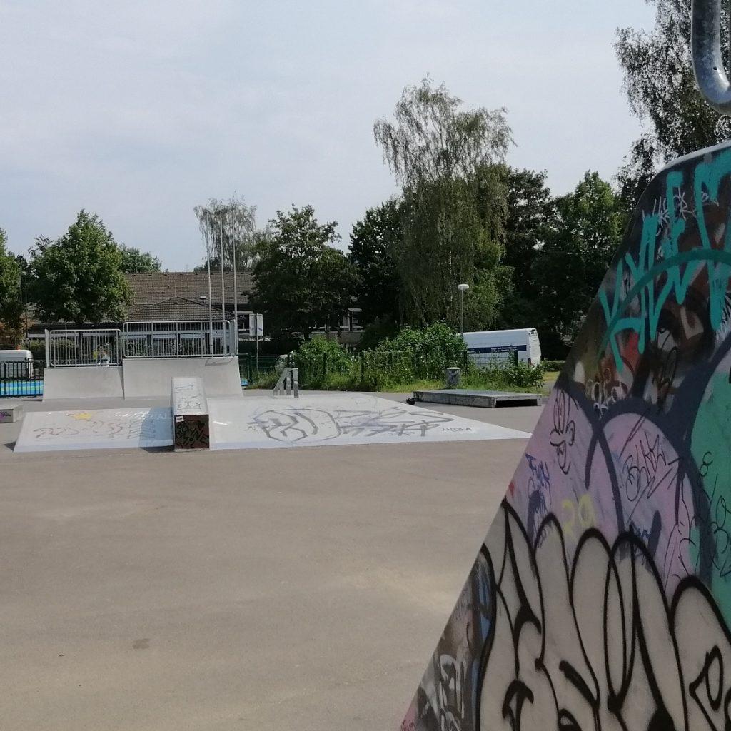 Sitzplätze und Sonnenschutz für den Skaterpark im Schwalbenohl